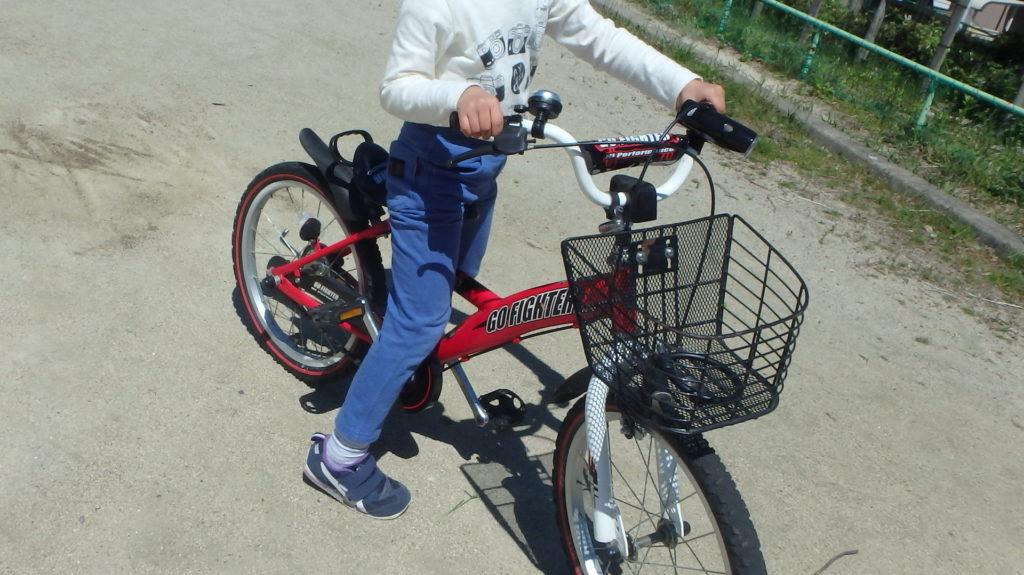 子供に自転車の練習を